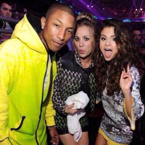 Pharrell Williams, Kaley Cuoco und Selena Gomez feiern backstage
