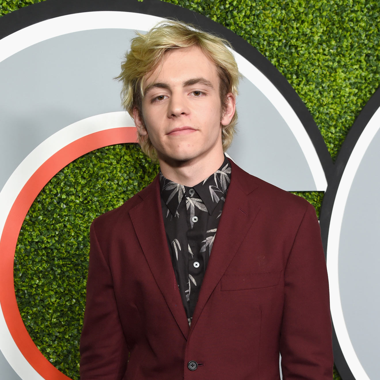 "Ross Lynch spielt in der Netflix-Serie""Sabrina"" die Rolle des Harvey!"