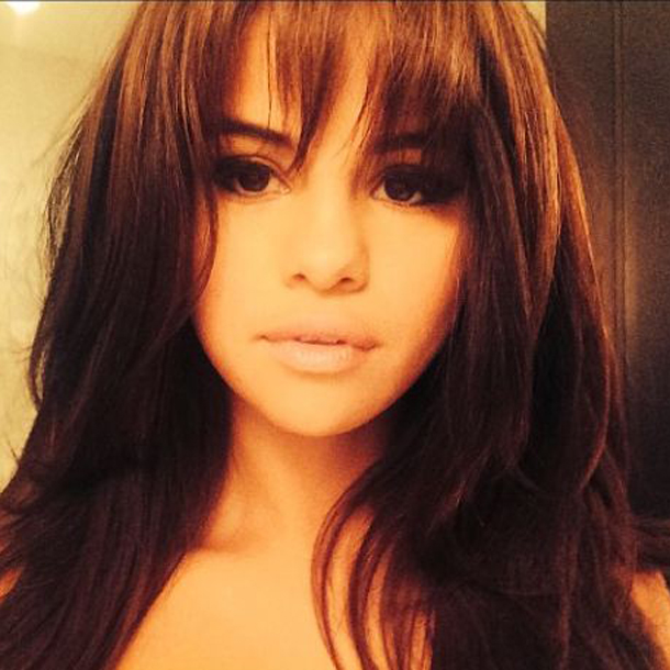 selena gomez mit pony frisuren pony f r jede. Black Bedroom Furniture Sets. Home Design Ideas