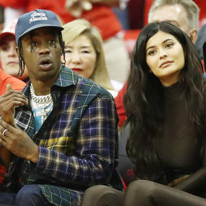 Kylie Jenner und Travis Scott hier bei den NBA Playoffs 2018 in Texas.