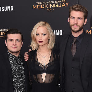 "Josh Hutcherson, Jennifer Lawrence und Liam Hemsworth 2015 auf der Premiere von ""The Hunger Games: Mockingjay- Part 2"" in New York."